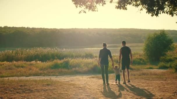 Rodina v parku na západ slunce