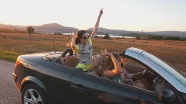 Veselý holky baví v kabrioletem
