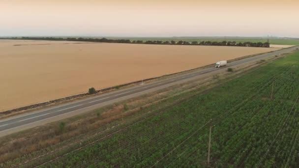 Letecký pohled na kamion na dálnici