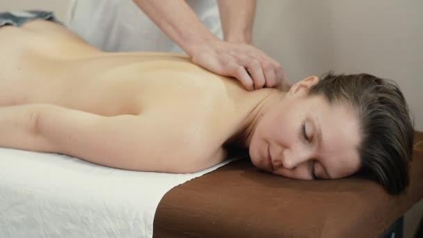 žena uvolňující masáž rukou