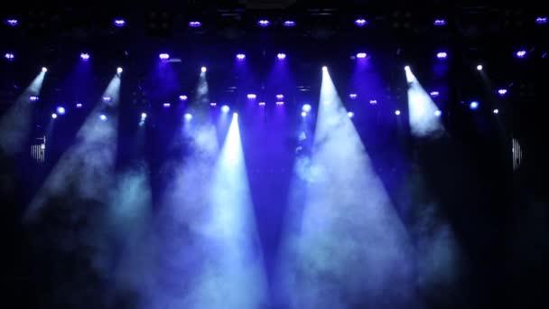 Kék fény a színpadon egy koncerten