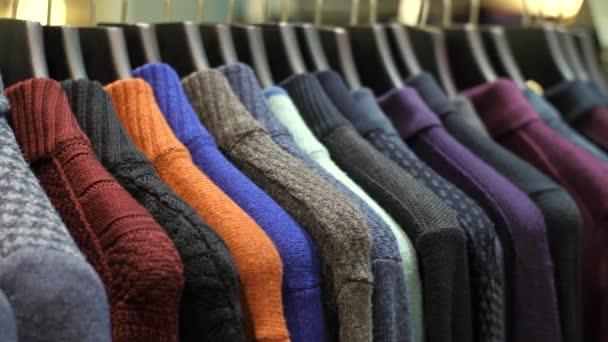 Pánské oblečení na ramínka v obchodě