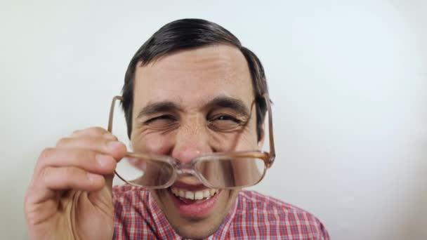 Überrascht lustiger Mann mit Brille