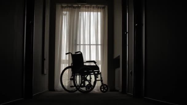 Leerer Rollstuhl im Krankenhausflur abgestellt