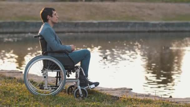 Mann im Rollstuhl am See