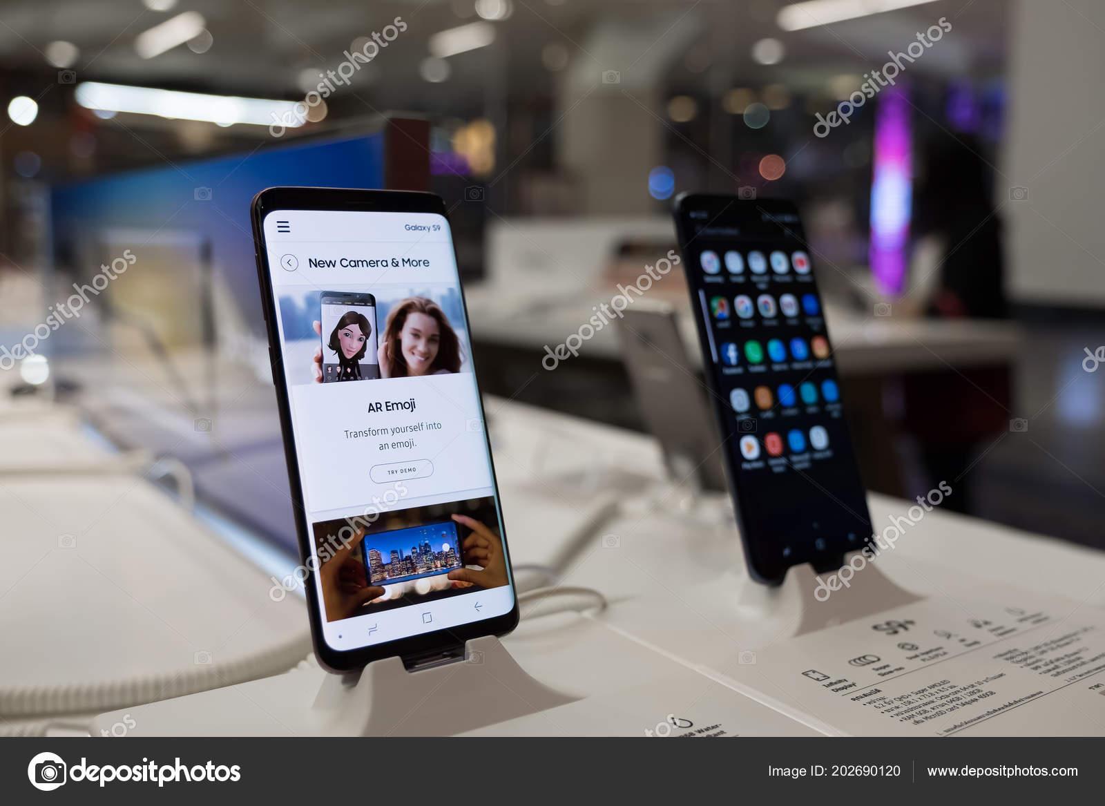f00887bce3 Chiang Mai, Tailândia - 1 de março de 2018: Recentemente lançado Samsung  Galaxy S9 e S9 Plus Smartphone é exibido com função de Ar Emoji — Foto de  ...