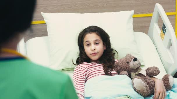 Konzultaci. Krásná mladá dívka leží v posteli v nemocnici, poslouchal její lékař doporučení nemoc nemoc nemoc hospitalizaci dětí děti zdravotnické lékařskou kliniku koncept