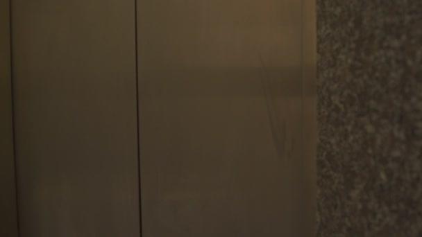 Otevřené dveře výtahu a dívka vyjde to