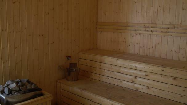 ein Mann geht in die Sauna und krabbelt auf dem Vordach