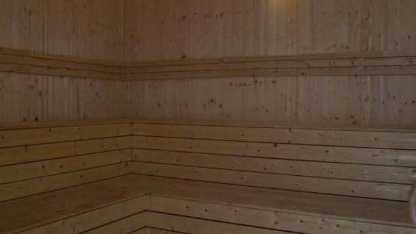 Žena v ručníku přijde v sauně a připadá na vrchlíku