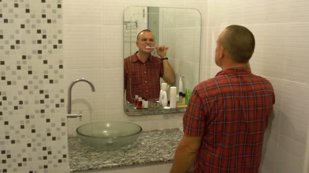 Muž si čistí zuby