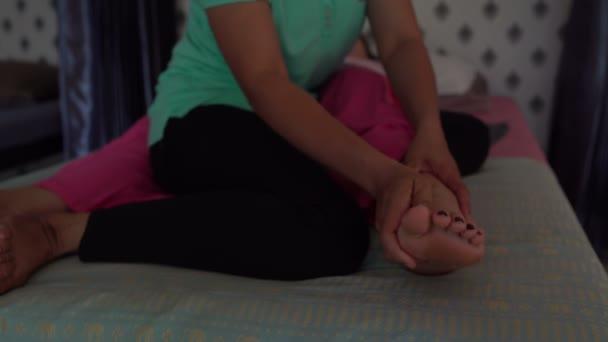 Massaggio tailandese. Massaggiatrice massaggiare dita su womans piede