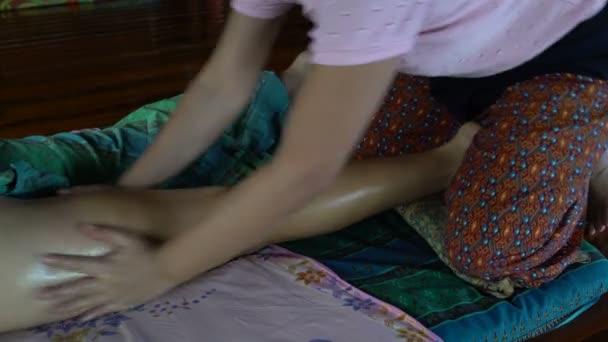 Masérka masíruje Zenske nohy. Thajská masáž s olejem