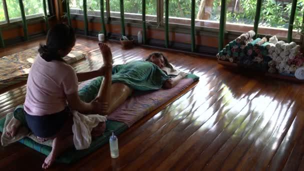 Thajská masáž s olejem. Masérka masáže Zenske nohy