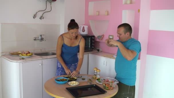 Woman szakácsok a konyhában. Egy ember jön, és hogyan egy nő darabok falafel fényképek