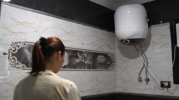 Žena se vypne ohřívač vody