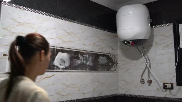 Obrátí se na bojler v koupelně