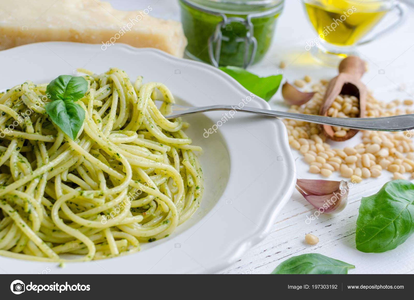 Spaghetti Sosem Pesto Domowej Roboty Biały Drewniany Stół