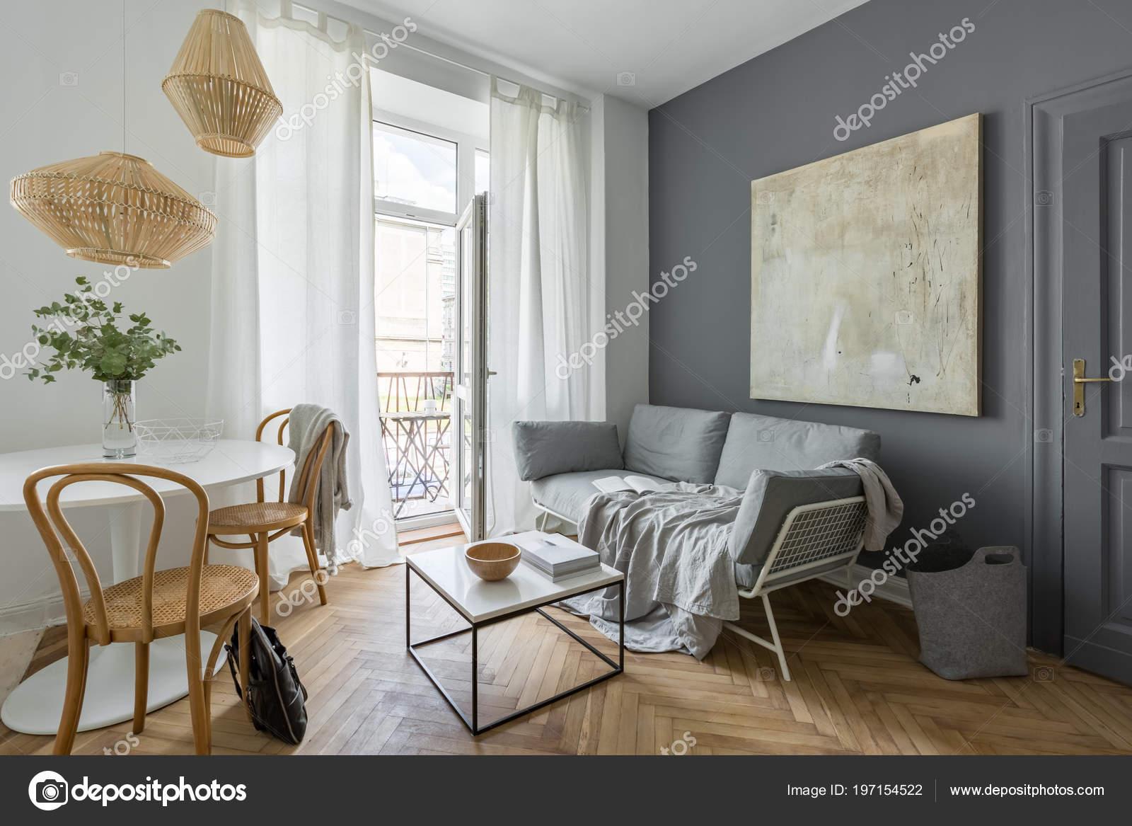 Wunderbar Graue Wohnzimmer Mit Couch Tisch Moderne Malerei Und Balkon U2014 Stockfoto