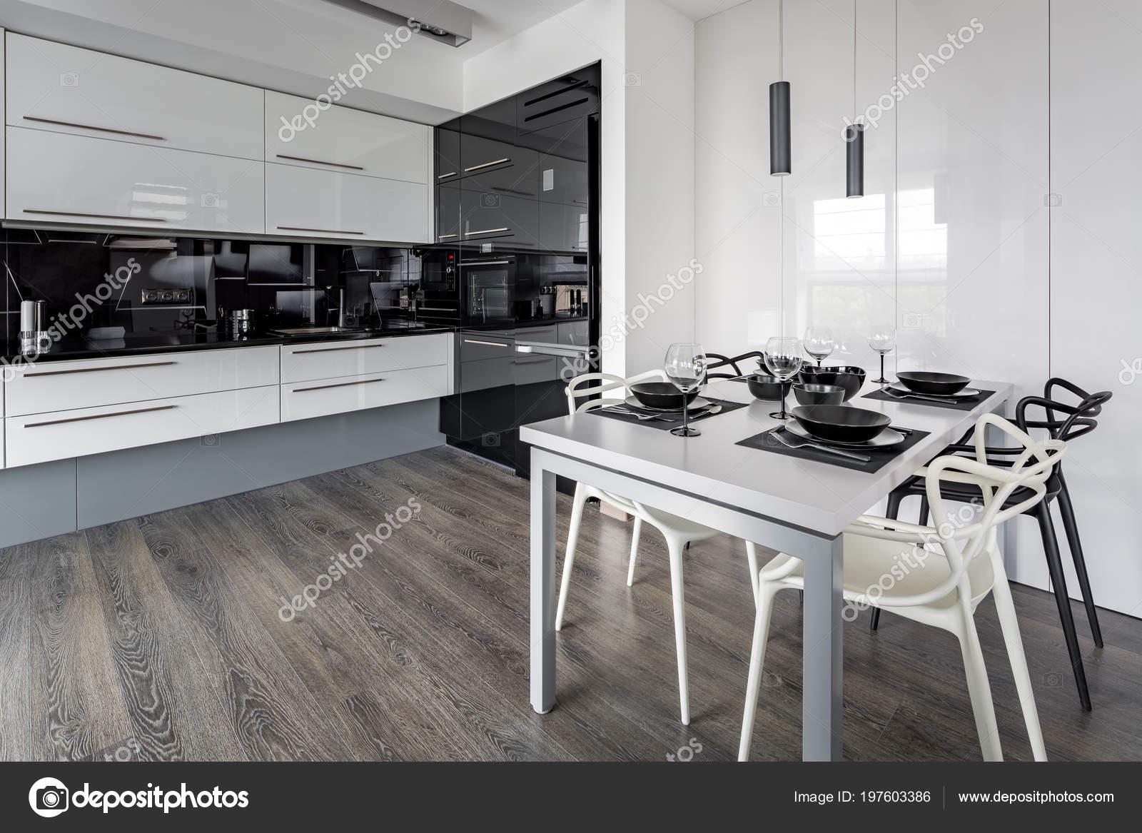 Tavolo Bianco E Nero Cucina.Cucina Con Tavolo Bianco Rivestimento Nero Nuovo Design