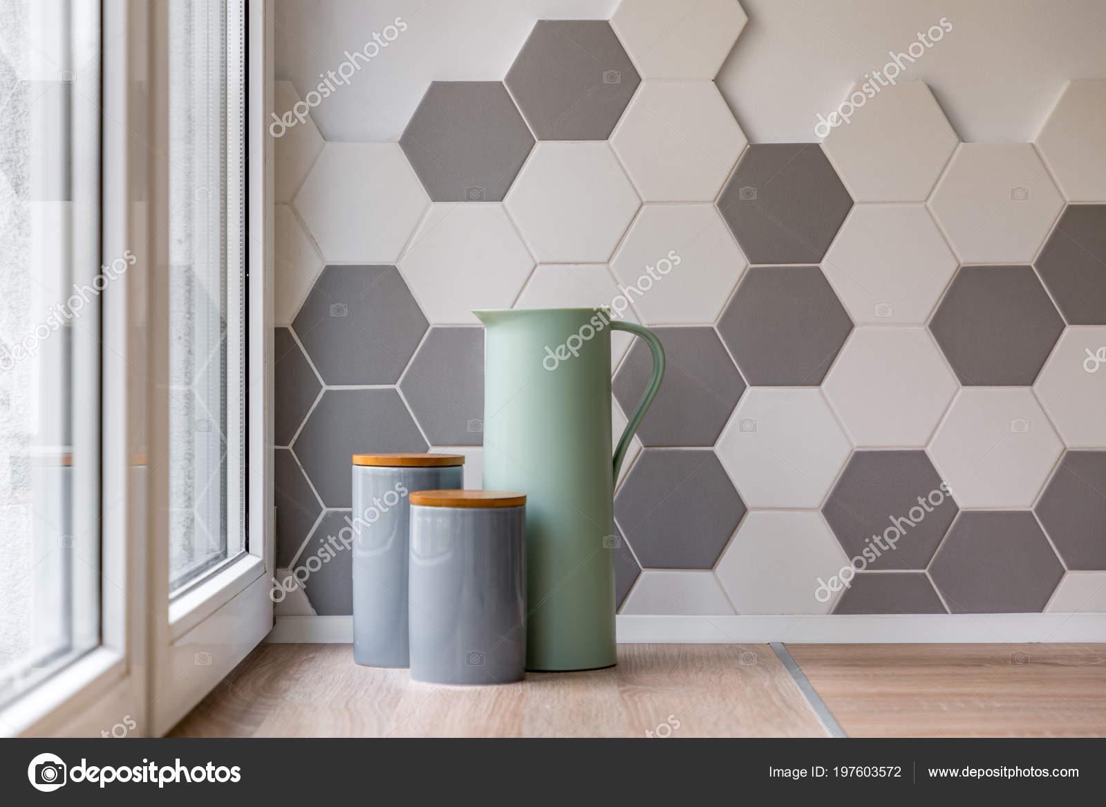 Tegels Keuken Scandinavisch : Close van keramische verpakkingen kruik hexagon tegels keuken