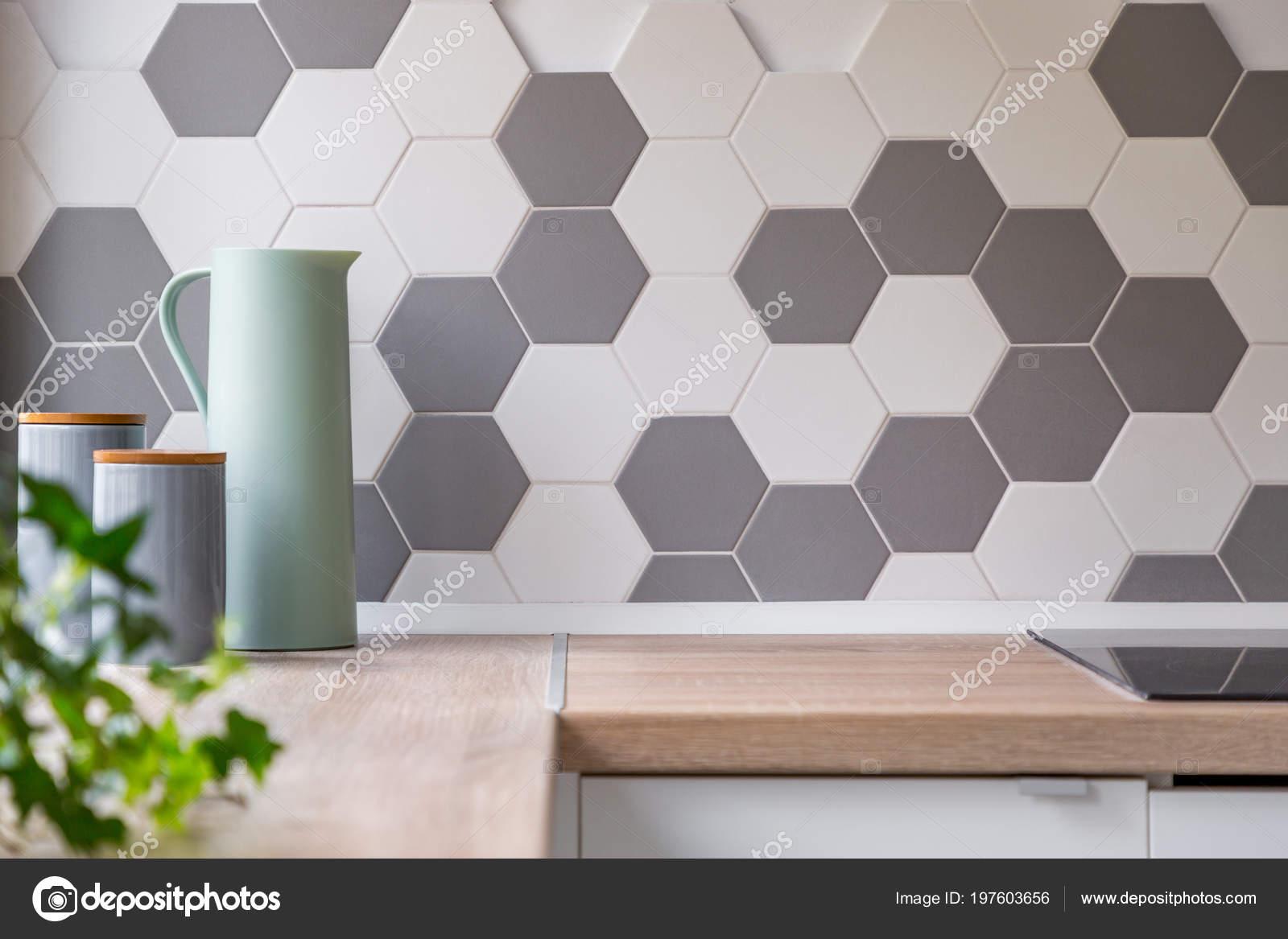 Tegels Keuken Honingraat : Keuken met grijze witte honingraat wandtegels houten aanrecht
