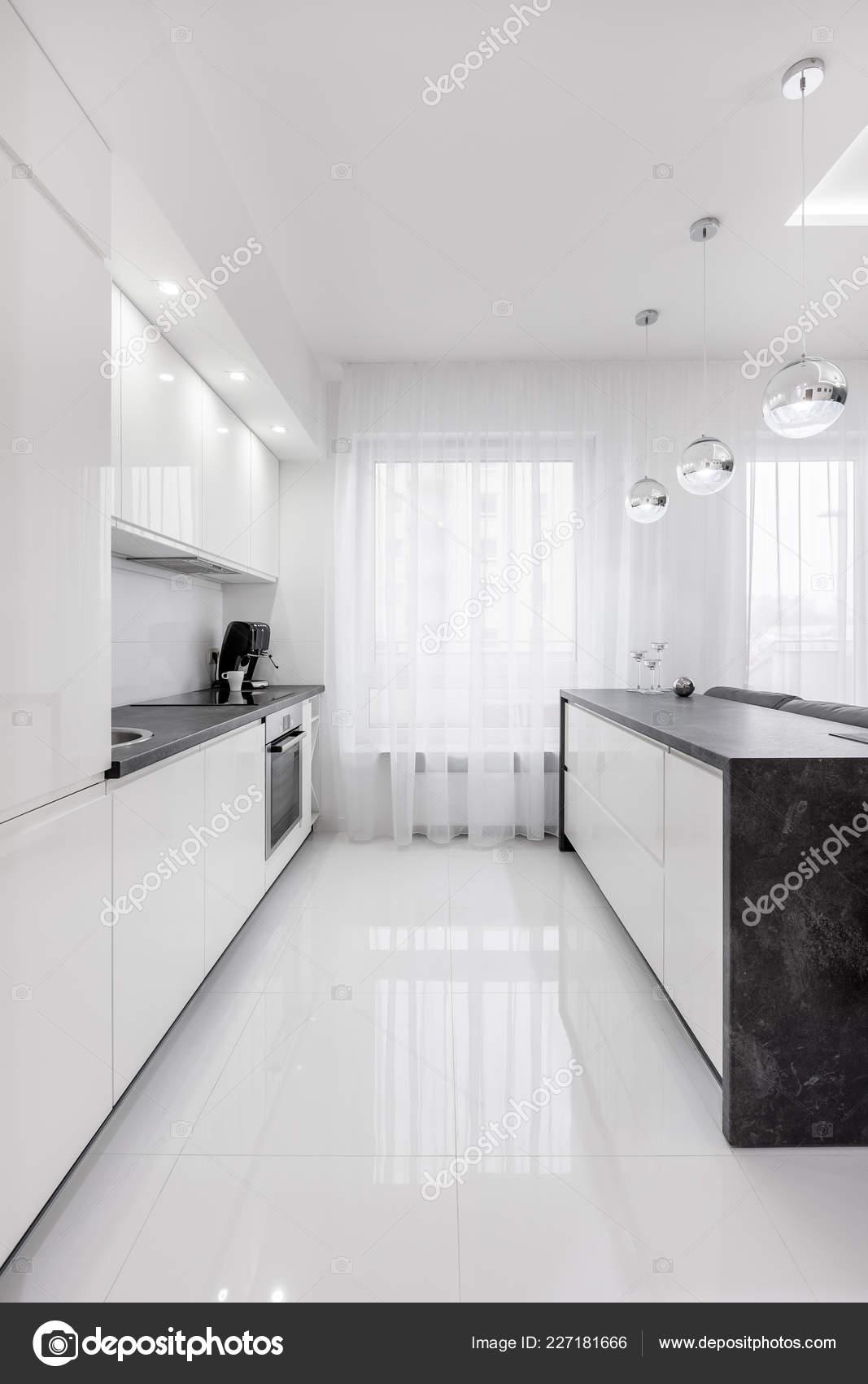 Biała Kuchnia Wyspa Nowoczesne Dekoracyjne Lampy Zdjęcie