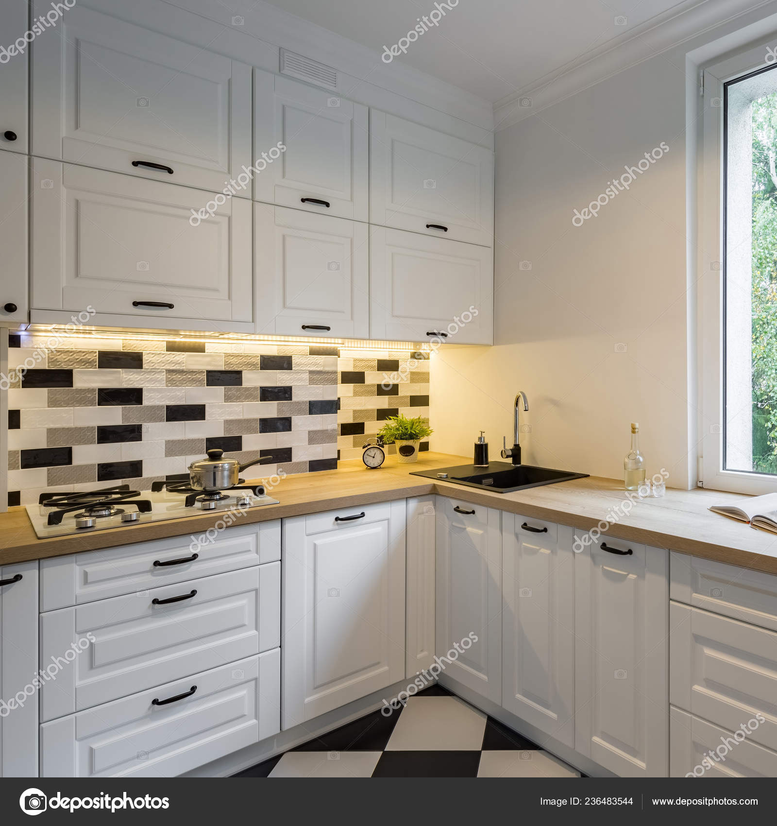 Cucina Funzionale Con Armadi Bianchi Classici Illuminazione ...