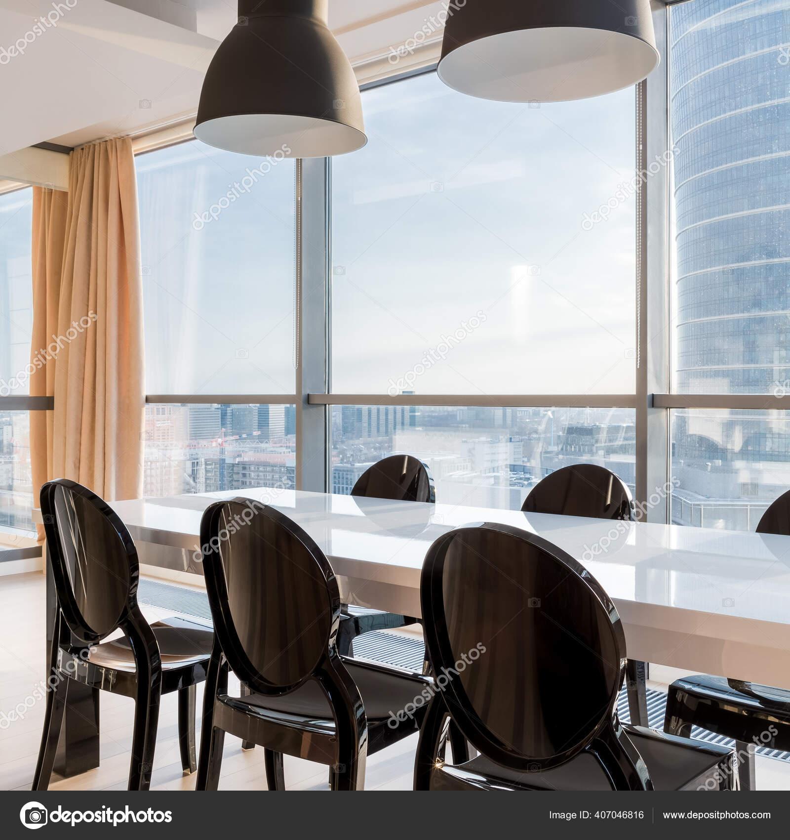 Eleganter Weisser Esstisch Mit Stilvollen Schwarzen Stuhlen Und Zwei Schwarzen Stockfoto C In4mal 407046816