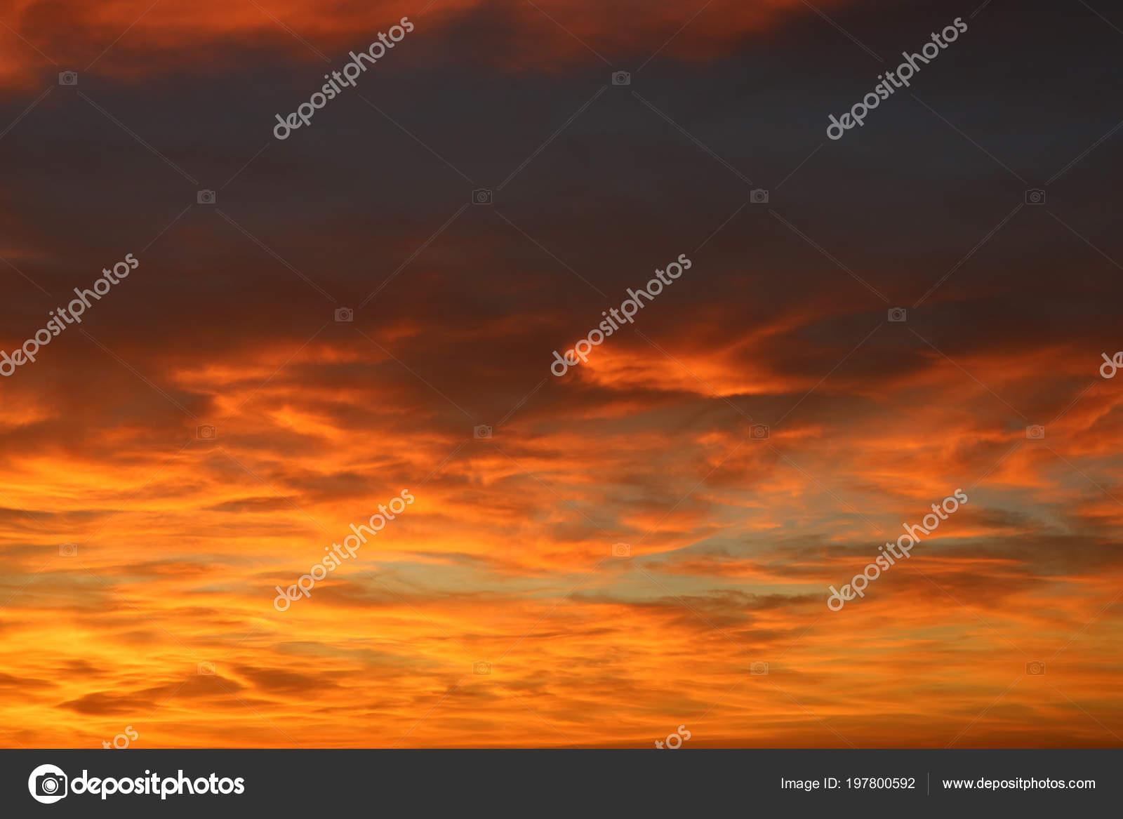 Cielo Rosso Di Notte.Cielo Arancia Rosso Tramonto Sotto Nuvola Notte Foto Stock