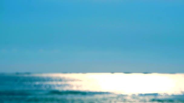 rozmazání odraz slunečního světla na povrchu moře a malá vlna pohybu