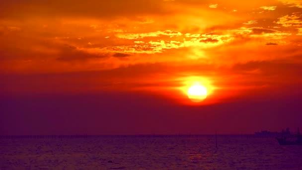 Západ slunce na vodě purpurové moře a rybářské lodi parkoviště