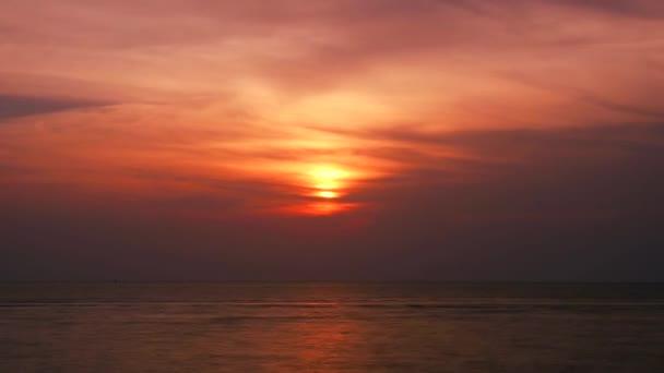 Západ slunce mrak Rudé nebe na mořském čase zanikne