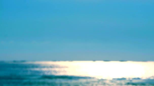 pomalý pohyb Rozostřit odraz slunečního světla na mořském povrchu a malá vlna