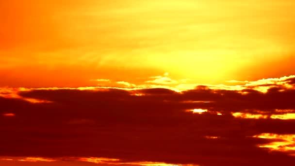 naplemente emelkedik vissza a sziluett sötét narancssárga sárga arany színe ég