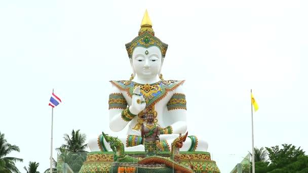 postavení Buddhy a Srisutthova Boha z Naga v chrámu Khao Mai Kaew