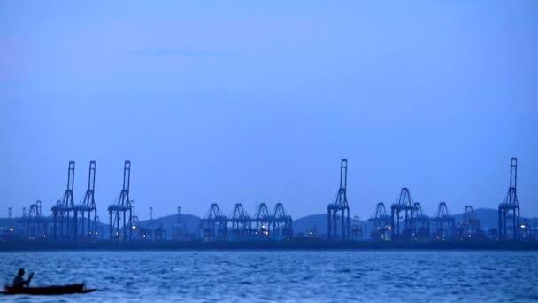 Rybáři se vrátili z ryby v době soumraku a jeřáb na pozadí hydroplánů