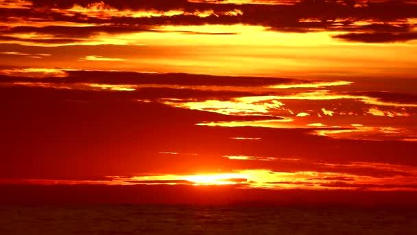 červený plamen západu slunce na oranžovém nebi a Rudém oblaku moře