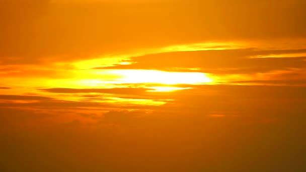 Oranžovo žluté nebe a lehký červený mrak pohybující se