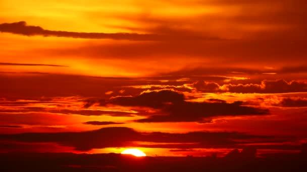 Západ slunce temně rudý oblak plamenný nebe a odlétat do domu