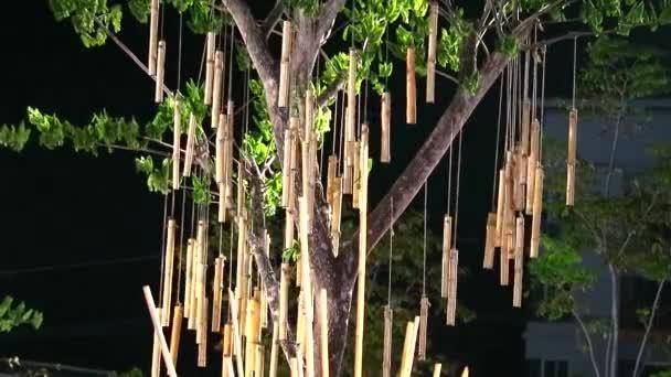 bambus visí na stromě a v noční zahradě se houpaly větrem