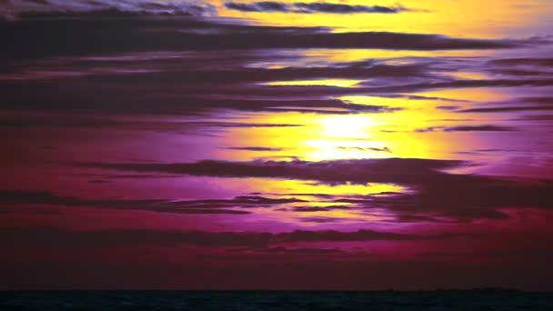 tmavě fialová obloha slunce a sluneční svit na oblaku siluety