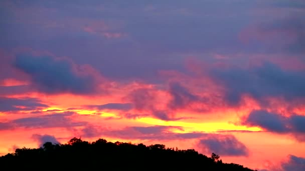Západ slunce s mrakem posunout se zelená horní silueta hory