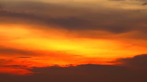 slunce a sluníčko na obloze ve večerních hodinách