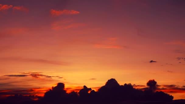 Západ slunce a světlo slunce na obloze v noci.