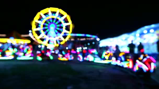Carousel a Ferris a neonové světlo vlaku na výstavě na nočním trhu