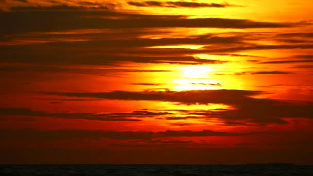 temná rudá obloha slunce a sluneční svit zpět na oblaku siluety