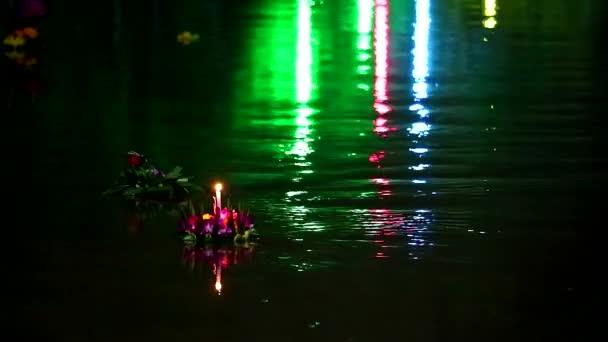 Loy Kratong Festival Reflexion Licht auf dem Wasser im See, Einige Beweise werden angenommen, dass die Verehrung des Fußabdrucks des Buddha am Ufer des Namtha Mahanathi River