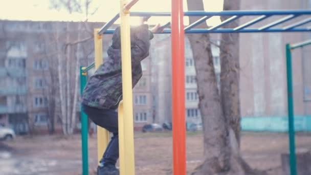 Klettergerüst Zimmer : Junge kriecht auf das klettergerüst dem hof eines hauses