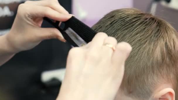Barbiere Hände Kämme Und Blonden Jungen Kurze Haare Schneiden Bang